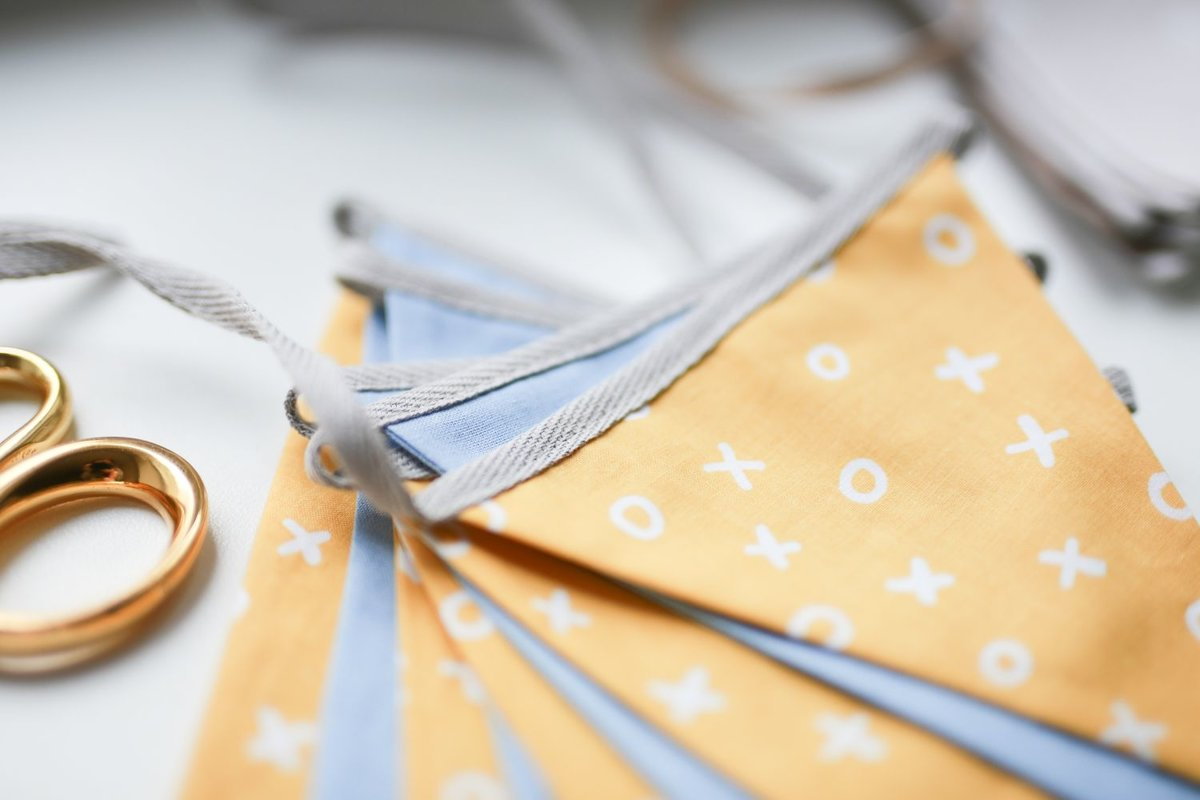 Mini auduma karodziņu virtene, dzelteni - zili
