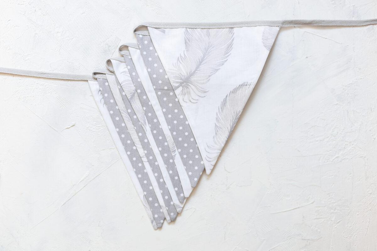 Lielā auduma karodziņu virtene, spalvas un pelēks ar baltiem punktiņiem