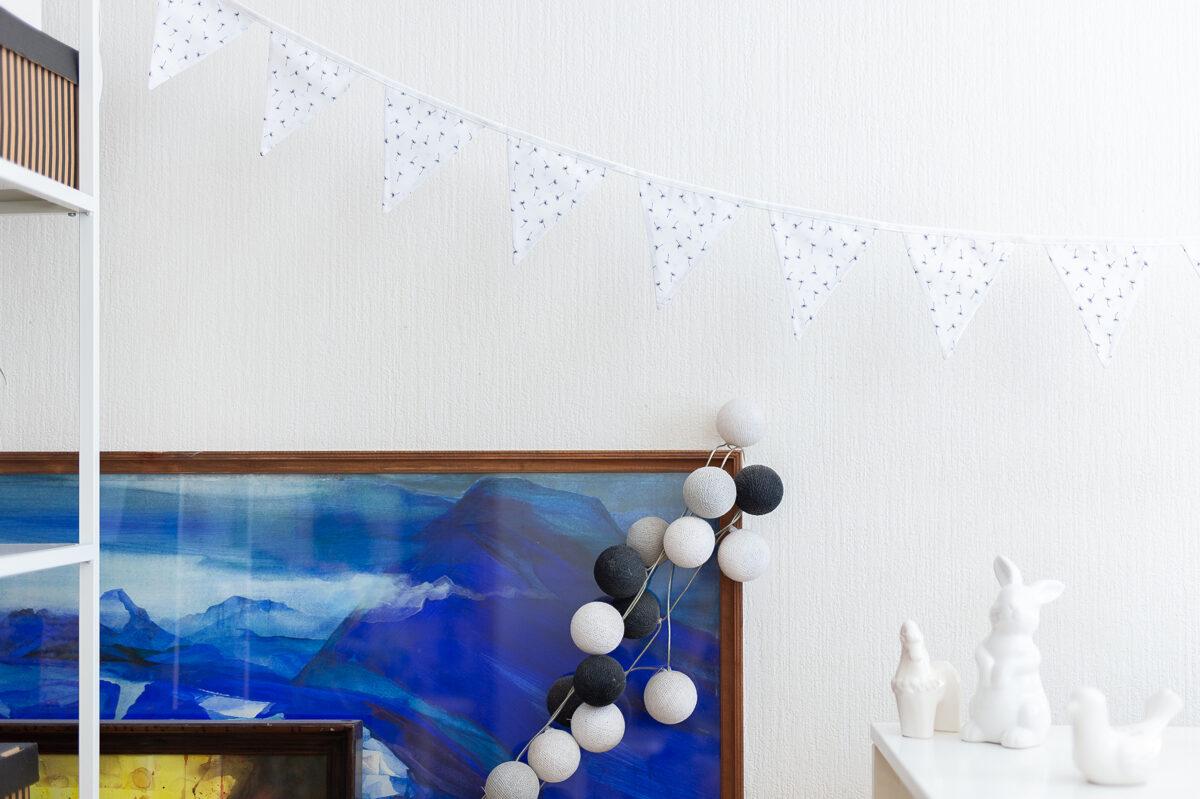 Mini auduma karodziņu virtene, balti ar tumši zilām pieneņpūkām