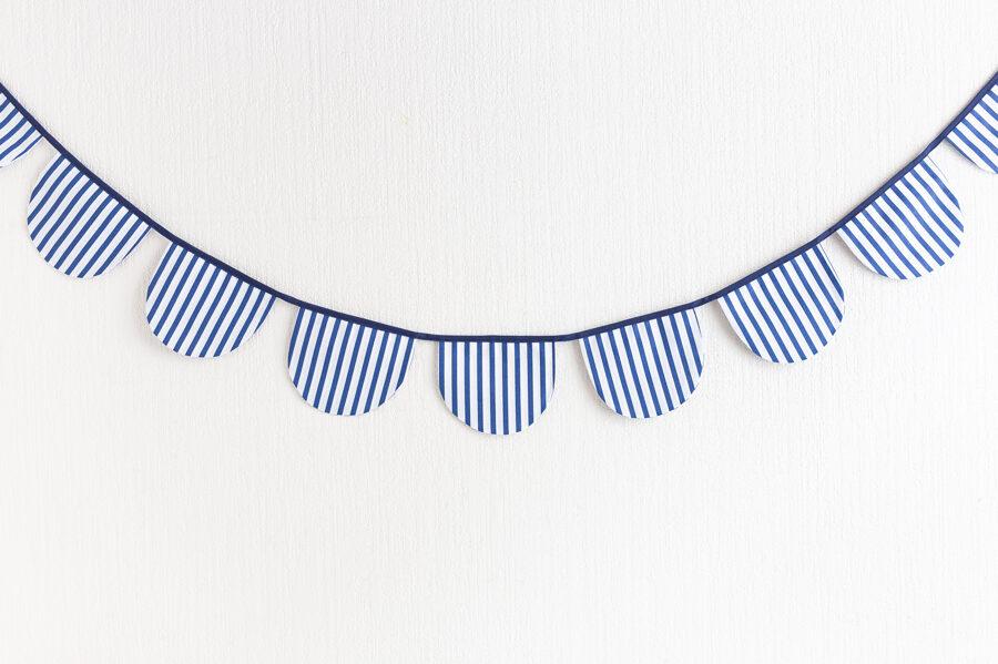 Pusapļu karodziņu virtenes, balts ar zilām svītrām