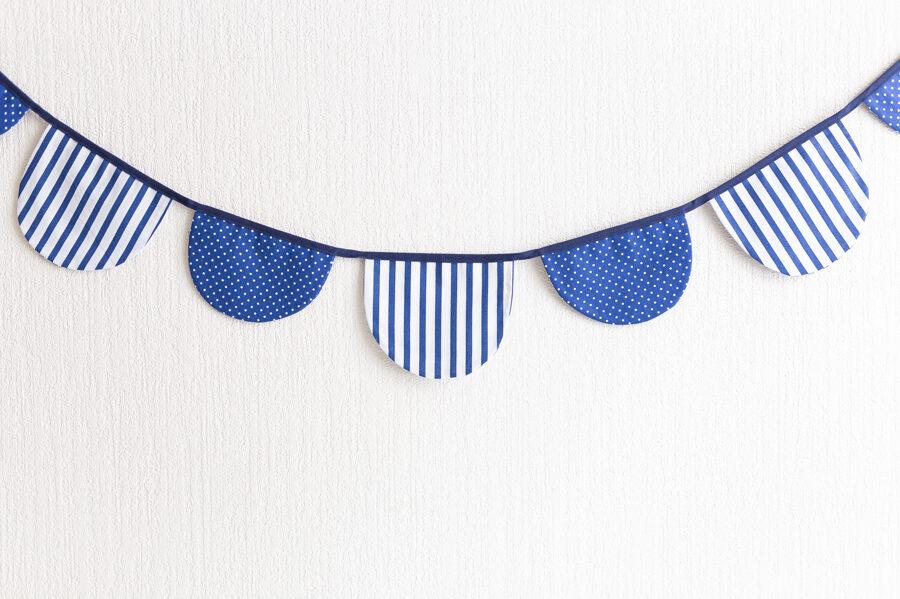 2-izmēru pusapļu karodziņu virtenes, balts ar zilām svītrām/zils ar baltiem punktiņiem